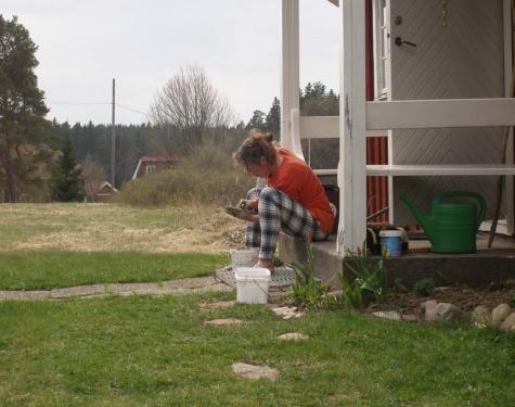 Oma vor ihrer Hütte