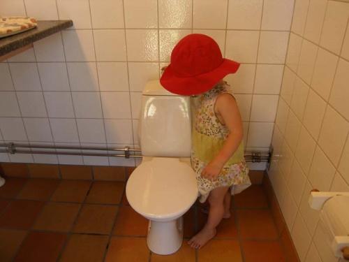 Johanna entdeckt die Kindertoilette