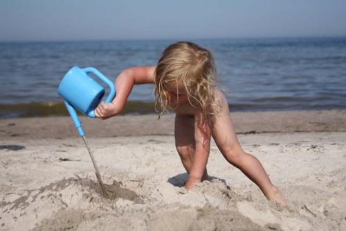 großer Strandhase beim Sand gießen