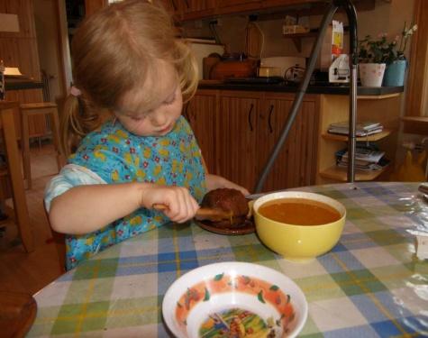 Johanna bepinselt einen Kuchen