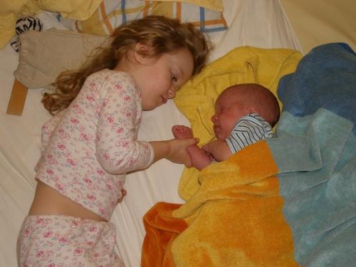 große Schwester und kleiner Bruder