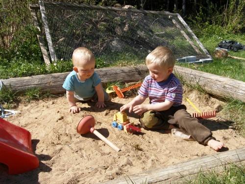 die Jungs im Sandkasten
