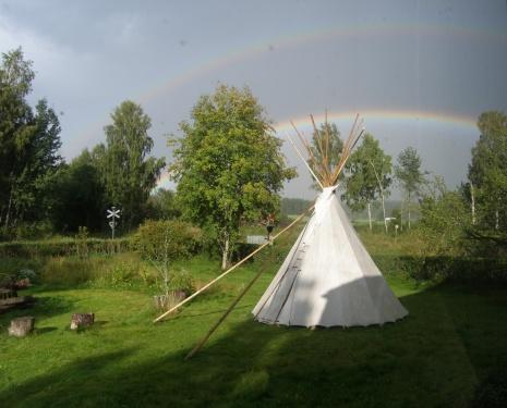Regenbogen über dem Tipi