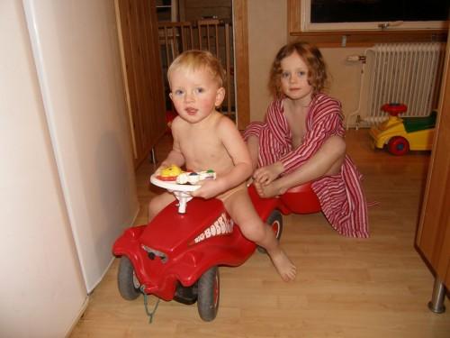 Emanuel unterwegs mit der großen Schwester