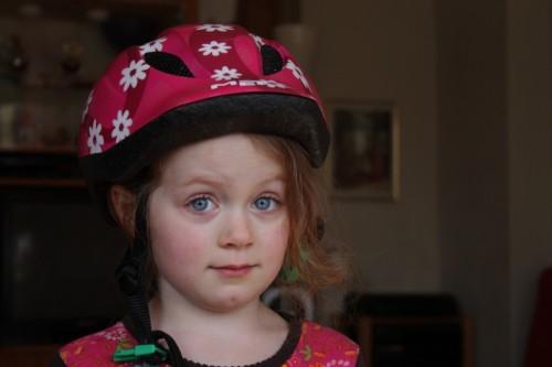 stolze Fahrradhelmträgerin