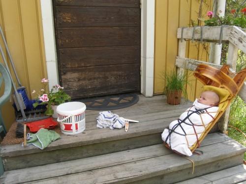 Fensterputzen mit Baby