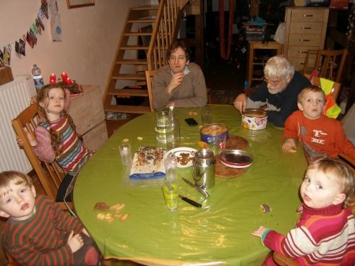 Kekse essen mit Opa und Onkel