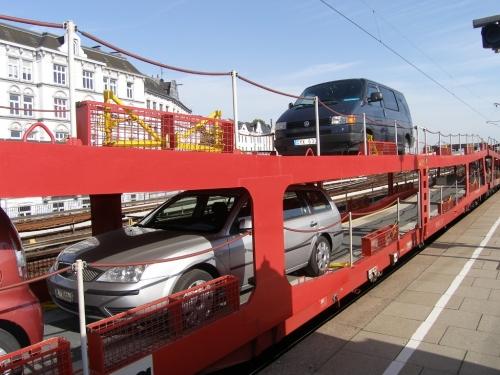 Auto auf Zug
