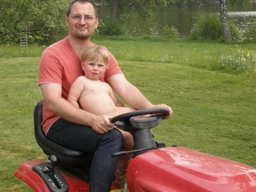 Rasenmäher fahren mit Papa